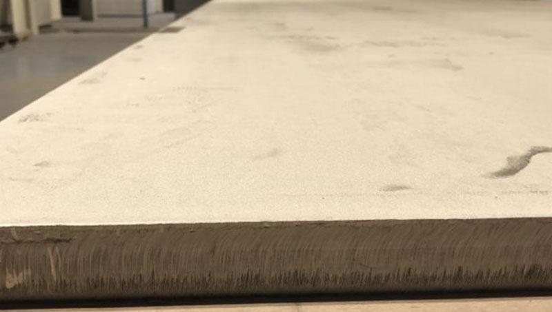 Edelstahlblech warmgewalzt 1D. Das Blech zeichnet sich durch seine raue Walzhaut aus, die erst mithilfe einer groben Körnung vorgeschliffen werden muss