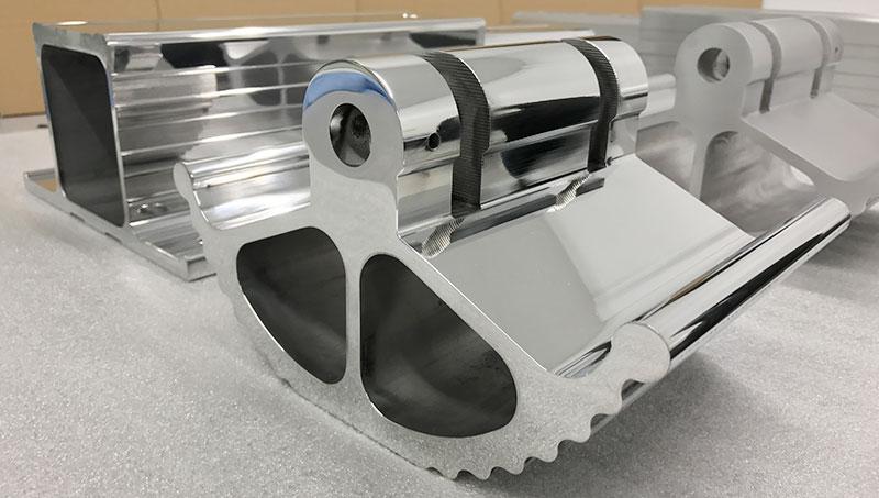 Op deze foto zie je een gefreesd aluminium deel, die door Van Geenen fijngeslepen + gepolijst is.