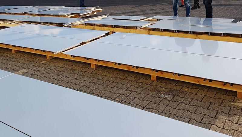 Deze aluminium panelen zijn door Van Geenen gepolijst. Daarna zijn ze blank geanodiseerd en ontstaat deze mooie, zachte glans met een licht spiegelend effect.