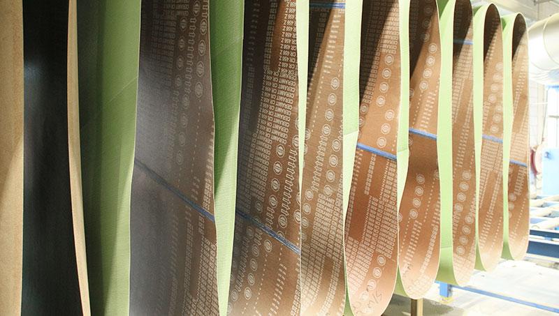 Grote slijpbanden tot 2 meter breed voor het machinaal slijpen van RVS platen en ander materiaal.