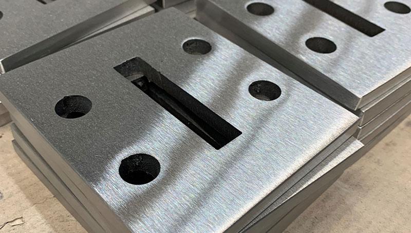 Deze voetplaten worden op de grond geplaatst waar de baluster op geplaatst wordt. Meestal wordt alleen de bovenzijde en de rand van voetplaat geslepen.