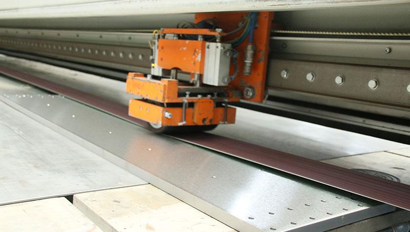Een RVS plaat wordt geslepen door middel van Langband slijptechniek.
